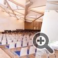 Световой ориентир в интерьере новой лютеранской церкви -  ажурная стеклянная колонна за алтарем храма