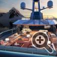 Верхняя палуба суперяхты SeaXplore представляет собой роскошный курорт с удобными шезлонгами, бассейном с подводным освещением и джакузи под открытым небом